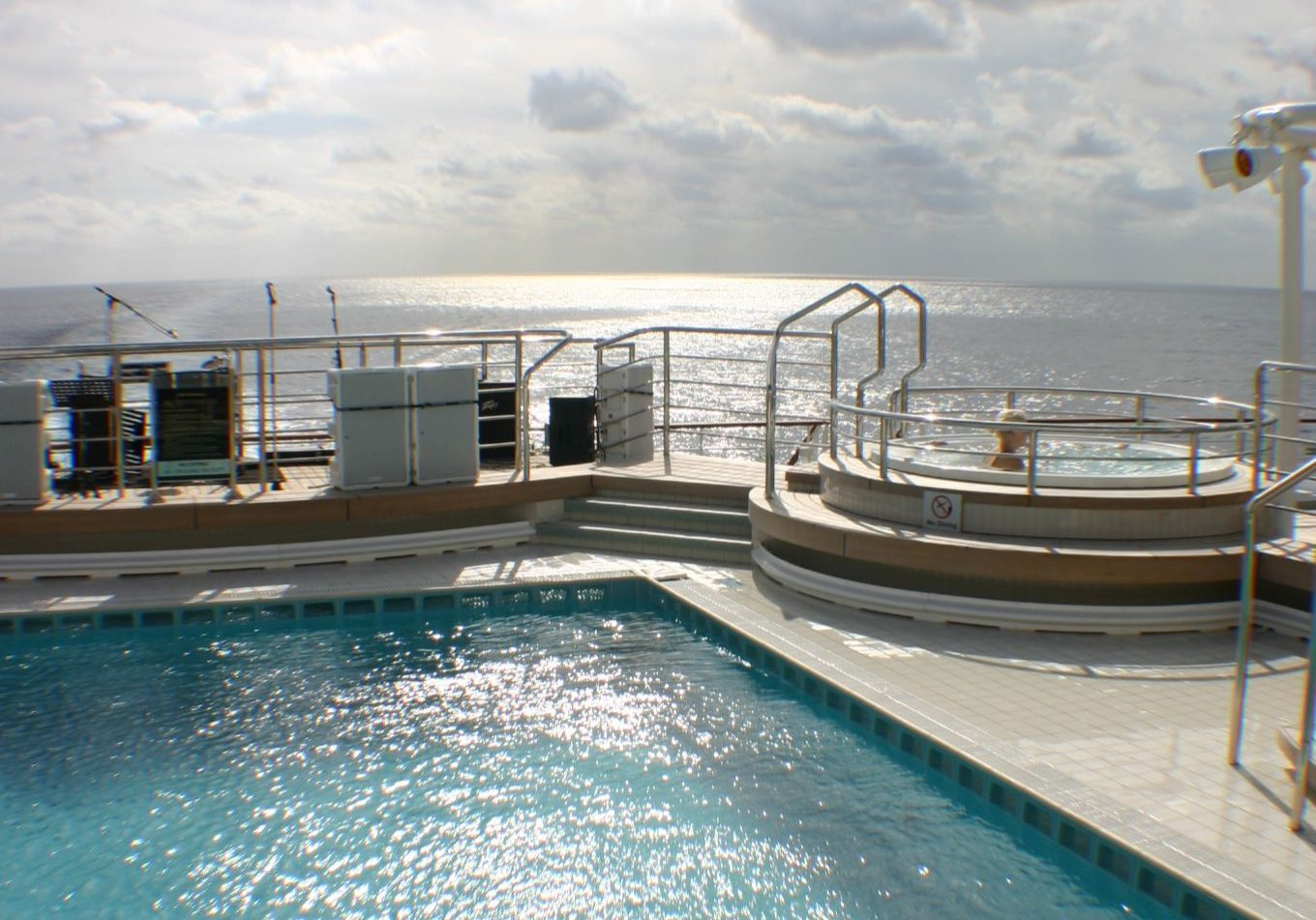 queen mary 2 stern pool jacuzzi view 1
